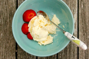 How To Make Quick Homemade Ice Cream (Without An Ice Cream Maker)